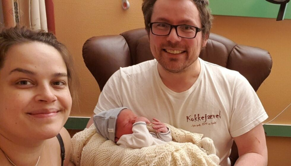 BABYLYKKE: Den populære bloggeren «Kokkejævel» ble tirsdag pappa. Her smiler han og kjæresten Christine Pedersen på sykehuset med den nye sønnen deres. Foto: Privat