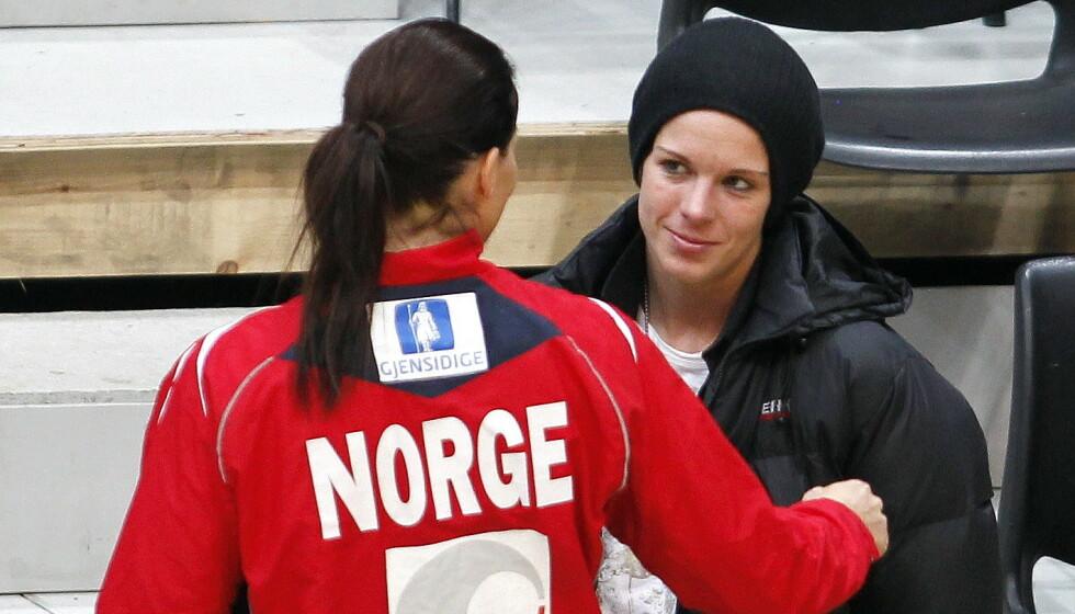 SPESIELL TID: Gro Hammerseng og Anja Edin avbildet sammen i håndballhallen på sensommeren i 2010 - på den tiden media brått omtalte dem som et par. Foto: Gorm Kallestad / NTB