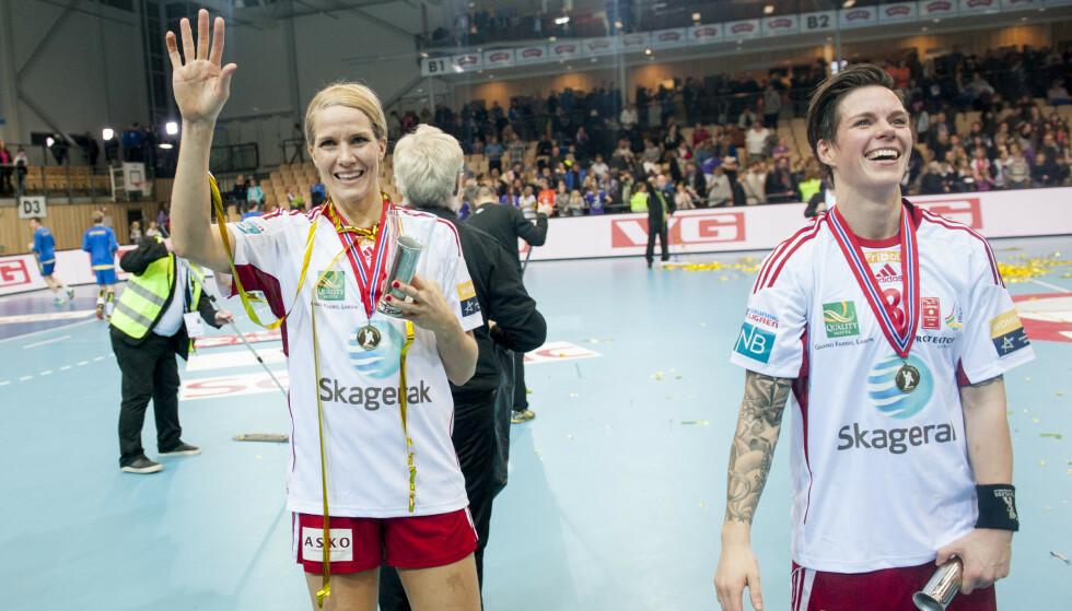 SAMMEN GJENNOM OPP- OG NEDTURER: Larvik-spillerne Gro (t.v) og Anja Hammerseng-Edin feirer etter cupfinalen i håndball for kvinner i 2015. Begge la opp som håndballspillere i 2017. Foto: Jon Olav Nesvold / NTB