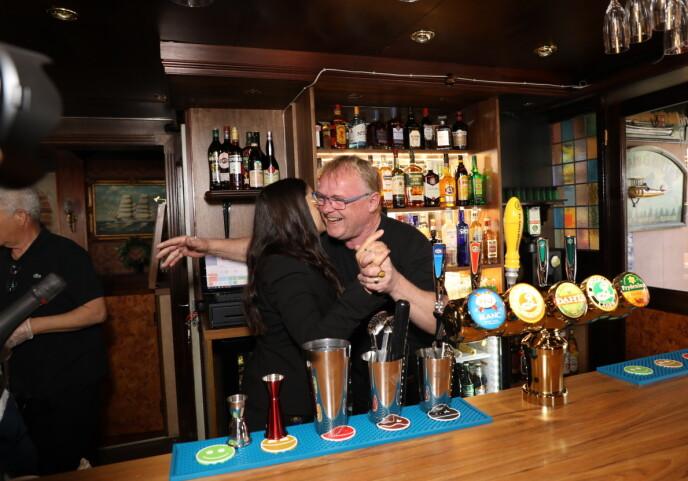 ÅPNINGSKLEMMEN: Paret kunne slippe jubelen løs da den første ølen var tappet og de første kronene hadde kommet inn. Foto: Morten Eik / Se og Hør