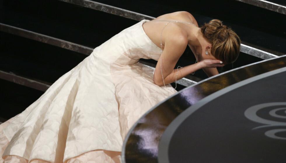 PINLIG ØYEBLIKK: Som 22-åring mottok Jennifer Lawrence Oscar for beste kvinnelige hovedrolle («Silver Linings Playbook») i 2013 - men fallet på vei opp til scenen huskes nok bedre enn selve Oscar-bragden. Foto: Mario Anzuoni/ Reuters/ NTB