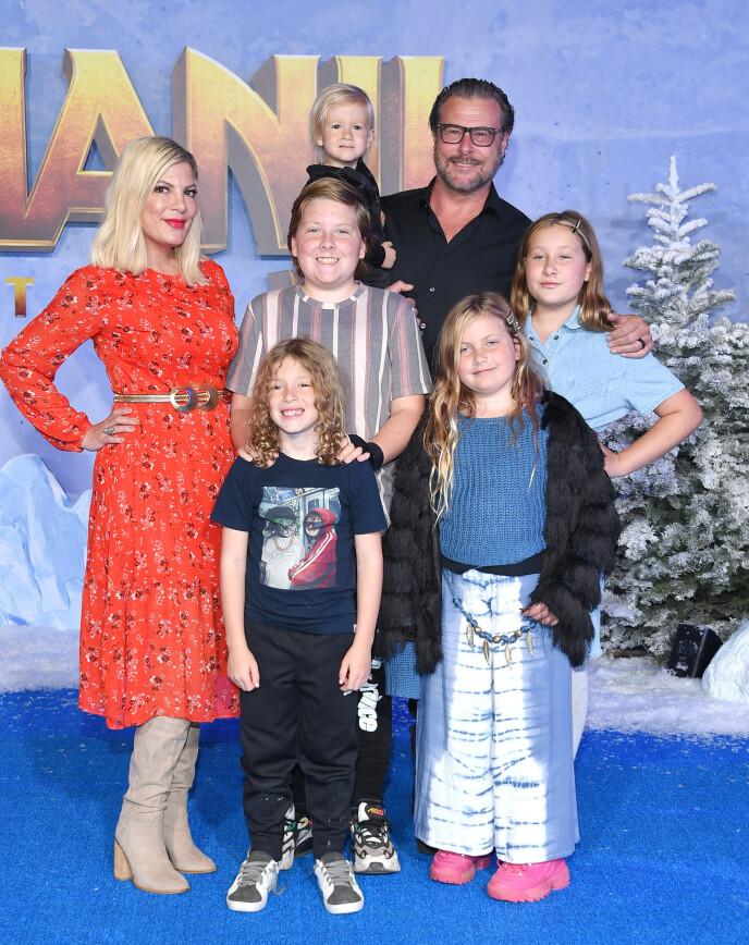 OFFENTLIG FAMILIE: Tori Spelling og ektemannen sammen med sine fem barn. Foto: NTB