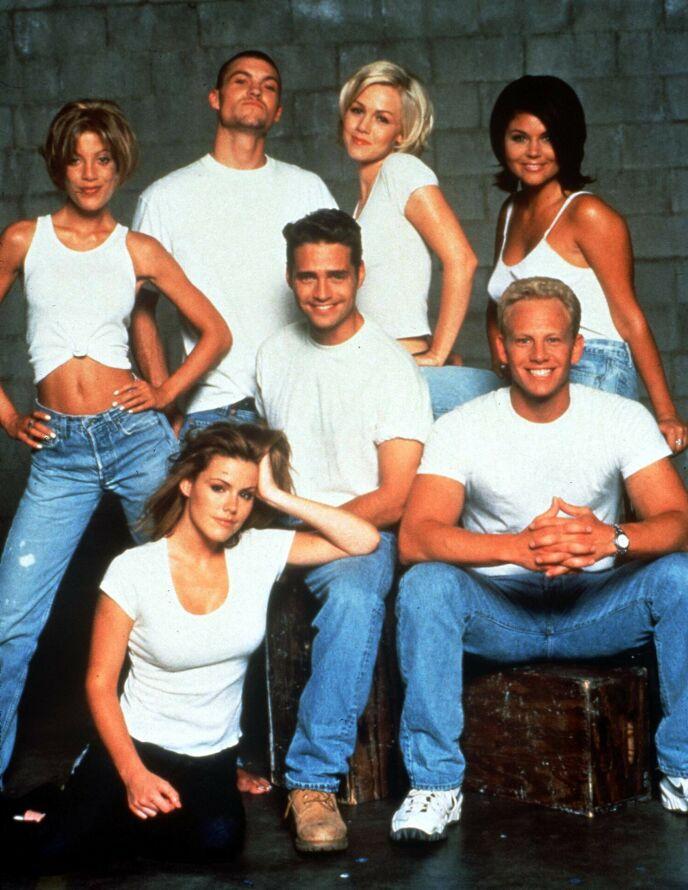 TV-STJERNE: Tori Spelling (stående ytterst til venstre) sammen med flere av sine «Beverly Hills 90210»-kolleger på 1990-tallet. Foto: Fotos International/ REX/ NTB