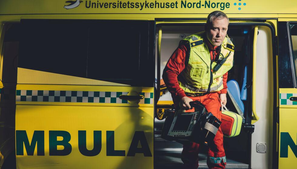 NY HELT: Ambulansearbeider Charles Aune-Lundberg er blitt et kjent ansikt utad for helse og 113-arbeidere i hele landet. Foto: NRK