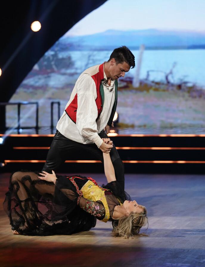 SENSUELT: Andreas Wahl og Mai Mentzoni danset en paso doble, inspirert av Norge. Den ble forførerisk. Foto: Espen Solli / TV 2