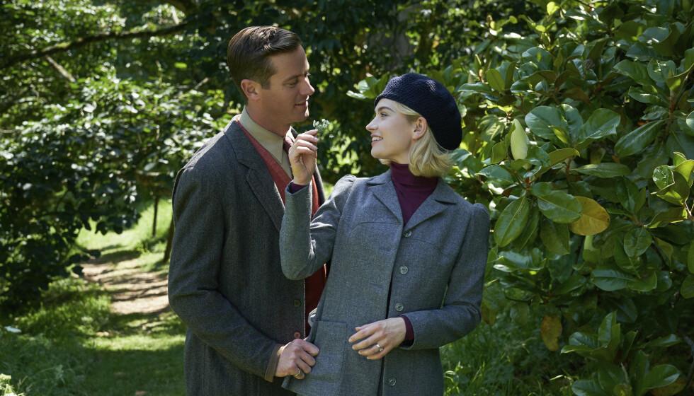 NÆR KONTAKT: Armie Hammer og Lily James spiller et nygift par i den nye Netflix-filmen «Rebecca». Her i en scene fra nevnte film. Foto: Kerry Brown/ Netflix via AP/ NTB