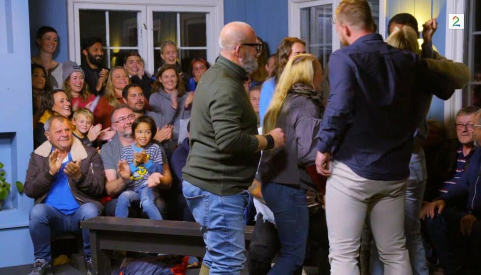NULL AVSTAND: Flere har stusset over at deltakerne og naboene i «Sommerhytta» har stått som sild i tønne på tv. Det har imidlertid en naturlig forklaring. Foto: TV 2