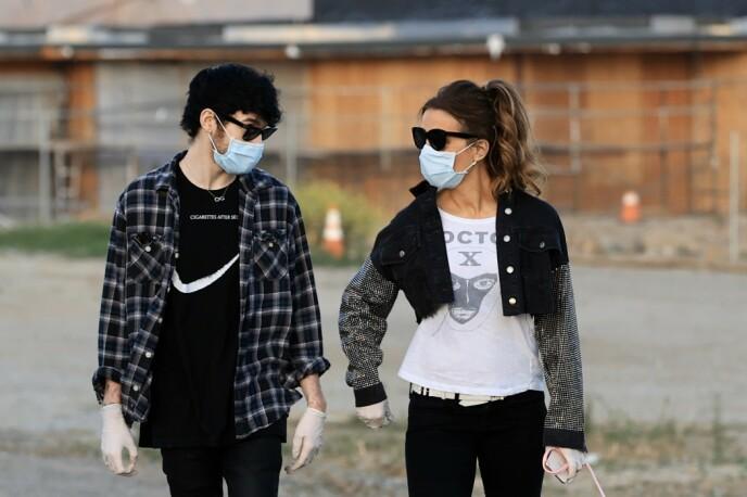 CORONA-KJÆRESTE: Grace skal ha vært en fin støtte for Beckinsale under lockdown. Her er de sammen i mai i år. Foto: Mega / NTB