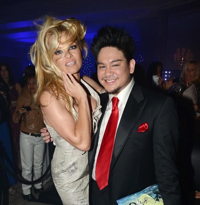 MED PAMELA: Prinsen hadde en rekke berømte venner. Her er han med Pamela Anderson i 2012. Foto: Richard Young / Rex / NTB