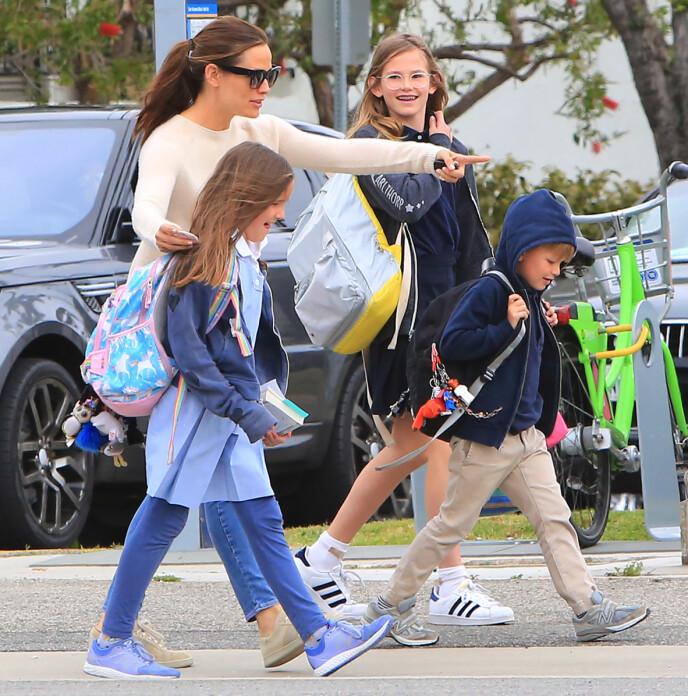 PASSE MENGDE: Jennifer Garner understreker at hun ikke ønsker flere barn enn det hun allerede har. Her er hun avbildet med sine tre barn, Violet, Seraphina og Samuel. Foto: Broadimage/REX/NTB