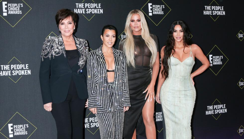 FIRKLØVER: Her er Kris Jenner, Kourtney Kardashian, Khloé Kardashian og Kim Kardashian avbildet sammen i under E! People's Choice Awards i november i fjor før pandemien slo til. Foto: @ParisaMichelle / SplashNews.com / NTB