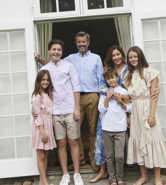PÅ FLYTTEFOT: Her ser man hele familien på seks, bestående av kronprins Frederik, kronprinsesse Mary og deres fire barn, prinsesse Isabella, prinsesse Josephine, prins Vincent og prins Christian. Foto: Franne Voigt