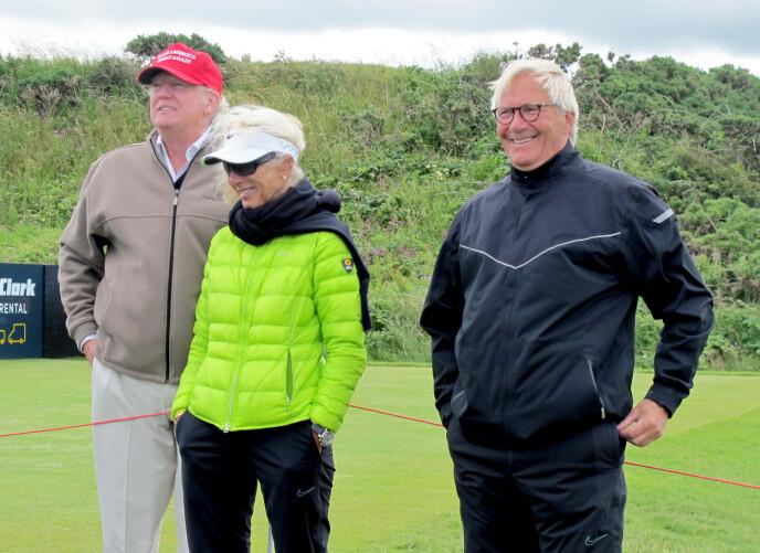 SUZANNS FORELDRE: Suzanns mor Mona og far Aksel Pettersen sammen med Trump da de overvar Suzann Pettersens spill i British Open i 2015- et år før Trump ble valgt til president. Foto: NTB