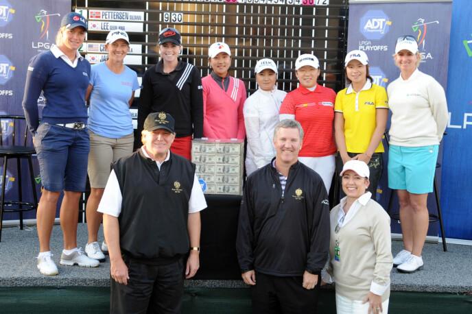 GOLF-ENTUASIAST: Flere av kvinnene i LPGA-sirkuset sammen med Trump på hans Trump International Golf Club i West Palm Beach i Florida i 2008. Suzann Pettersen til venstre. Foto: NTB