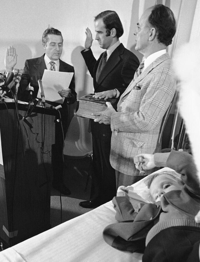 SVERGET INN: Den 5. januar 1973 ble Joe Biden sverget inn som senator - fra sykehuset. I sengen ligger Beau, som ble skadd i ulykken som tok livet av moren og søsteren hans. Foto: NTB