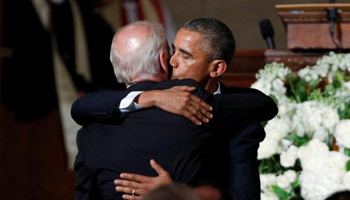 TRØST: Barack Obama kom i begravelsen til visepresidentens sønn. Obama skal ha vært en stor trøst for Biden i den tøffe perioden. Foto: NTB