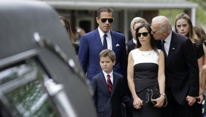 SORG: Beau Biden døde i 2015, til familiens store sorg. Dette bildet ble tatt i begravelsen. I bakgrunnen med solbriller står en knust bror, Hunter. Beau Bidens sønn, også døpt Hunter, står i forgrunnen. Foto: NTB