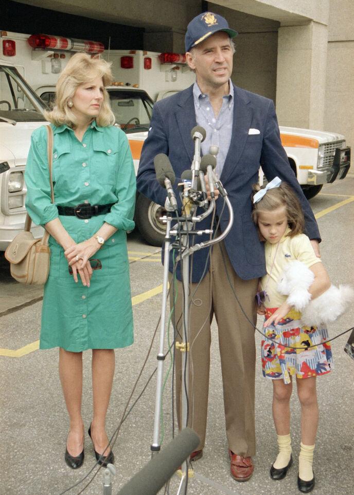 TOK ROLLEN: I 1977 giftet Joe Biden seg på nytt, med læreren Jill. Hun kan nå bli førstedame i USA. Paret har i løpet av ekteskapet fått datteren Ashley, som her poserer med foreldrene i 1988. Foto: NTB