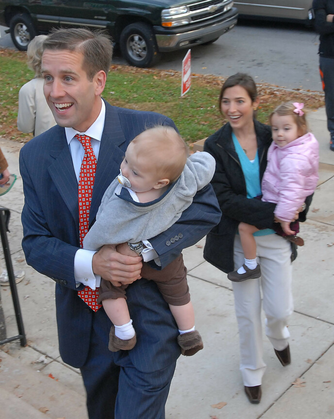 FANT LYKKEN: Beau Biden og kona Hallie giftet seg i 2002, og var sammen til Biden døde som følge av kreft i hjernen i 2015. Her er de sammen med barna deres Hunter og Natalie i 2006. I 2017 ble det kjent at Hallie hadde funnet kjærligheten med sin avdøde ektemanns bror. Foto: AP, NTB