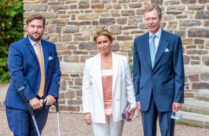 MOR I MIDTEN: Storhertuginnen blir pekt ut som årsaken til de dårlige arbeidsvilkårene ved slottet. Her er hun med storhertugen og sønnen prins Sebastian i september - på krykker for anledningen. Foto: Shutterstock / NTB