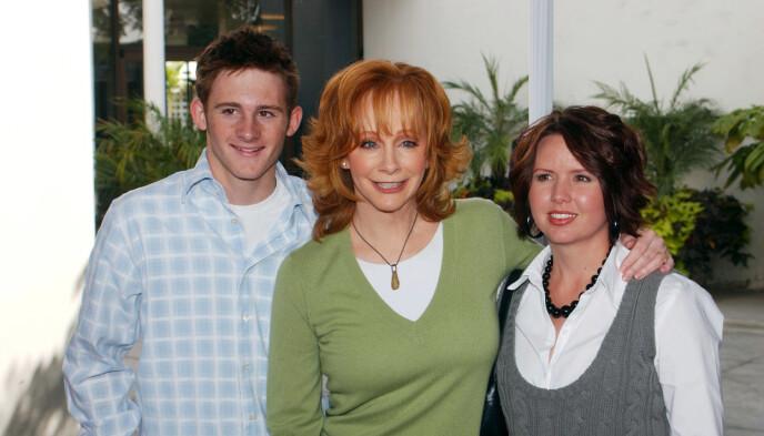 EKSTRAMAMMA: Reba McEntire har hatt mange stebarn opp gjennom. Her poserer hun med sønnen Shelby, hennes eneste biologiske, og stedattera Chassidy i 2006. Foto: Picture Perfect / REX / NTB