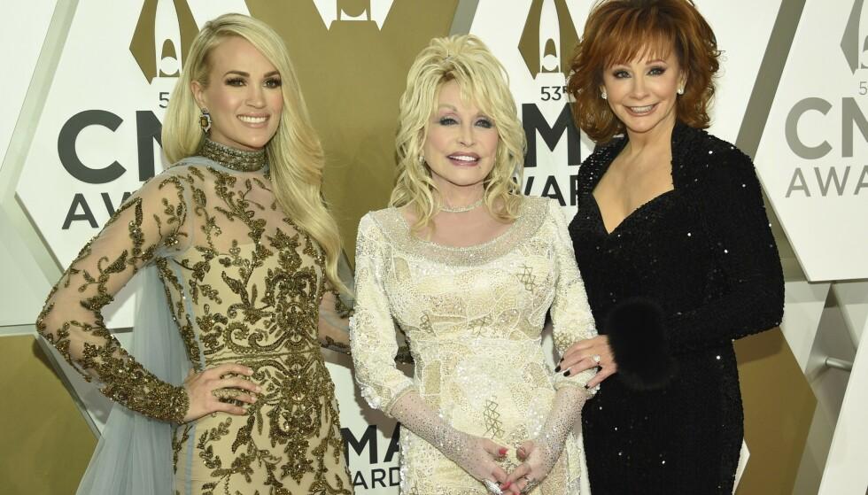 IKONER: Carrie Underwood, Dolly Parton og Reba McEntire er som legender å regne i countrymusikkens historie. Det er likevel sistnevnte som har kallenavnet «The Queen of Country». Her fotografert i fjor. Foto: Evan Agostini / Invision /AP / NTB