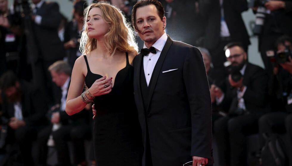 NEDERLAG: Hollywood-stjernen Johnny Depp tapte i retten mandag formiddag. Her avbildet med sin daværende kone, Amber Heard, i 2015. Det er The Suns omtale av Depp som «konebanker» i en artikkel fra 2018 som var bakgrunnen for søksmålet. Foto: Splash News / NTB