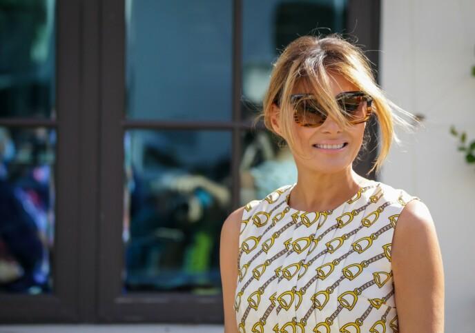 SPEKULASJONER: Flere ivrige Twitter-brukere påstår at mønsteret på Melanias kjole har et hemmelig budskap. Foto: Zak Bennett / AFP / NTB