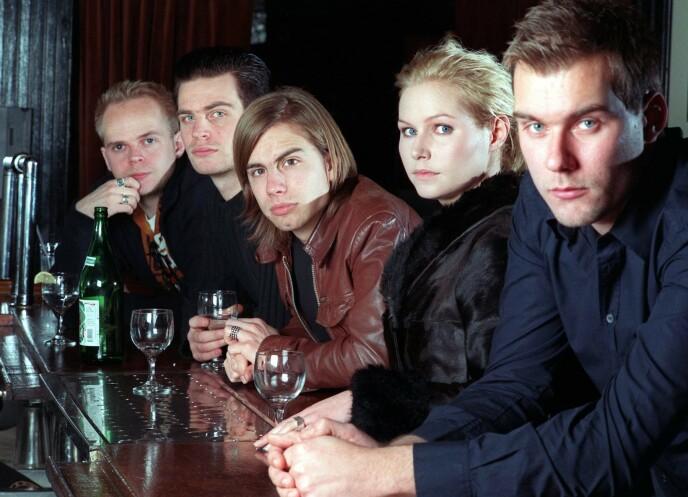 THE CARDIGANS: Her er Nina Persson avbildet sammen med resten av bandet bestående av (fra venstre) Lasse Johansson, Peter Svensson, Bengt Lagerberg og Magnus Sveningsson i 1998. Foto: Jim Cooper / AP / NTB