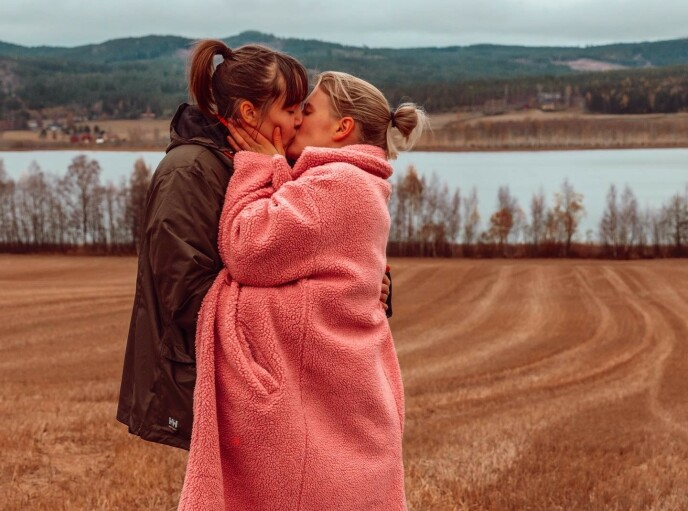 FORELSKET: Influenserne Camilla Lorentzen og Julie Visnes har vært et par siden juni måned. Foto: Privat