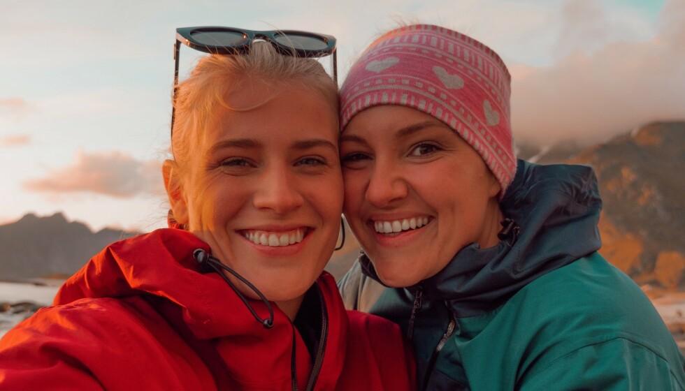 TURTELDUER: Siden juni har influenserne Camilla Lorentzen og Julie Visnes vært et par. Før den tid var de bestevenner i to år. I deres nye podkast kalt «Jentesex», forteller duoen om reisen fra bestevenner til kjærester. Foto: Privat