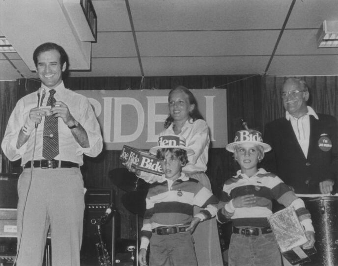 PÅ ALVOR: Jill Biden tok rollen som stemor såpass alvorlig at hun takket nei til hele fire frierier fra Joe Biden før hun til slutt sa ja. Her er hun fotografert med ektemannen og stesønnene Hunter og Beau i 1988. Foto: AP Photo/Sen. Biden's office, NTB