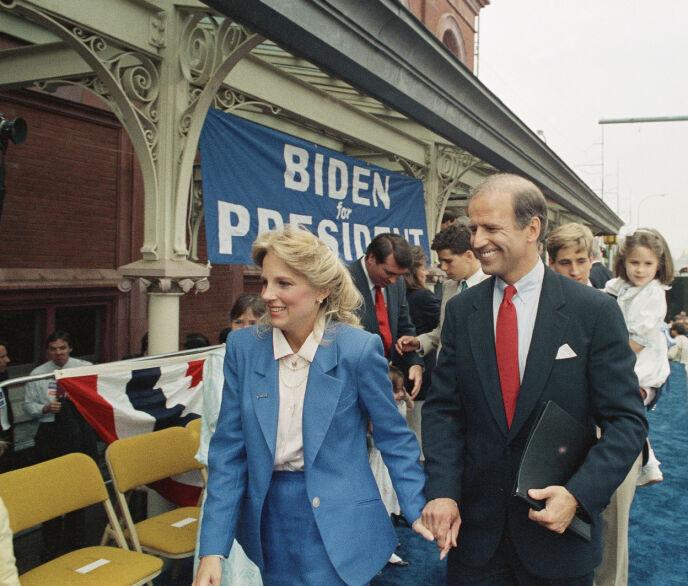 FORELSKET: Jill Biden har sjelden lagt skjul på at hun er forelsket i ektemannen. Her er de to fotografert sammen i 1987, da Biden kunngjorde at han ville stille som presidentkandidat. Først nå har han fått sjansen. Foto: AP Photo/George Widman, NTB