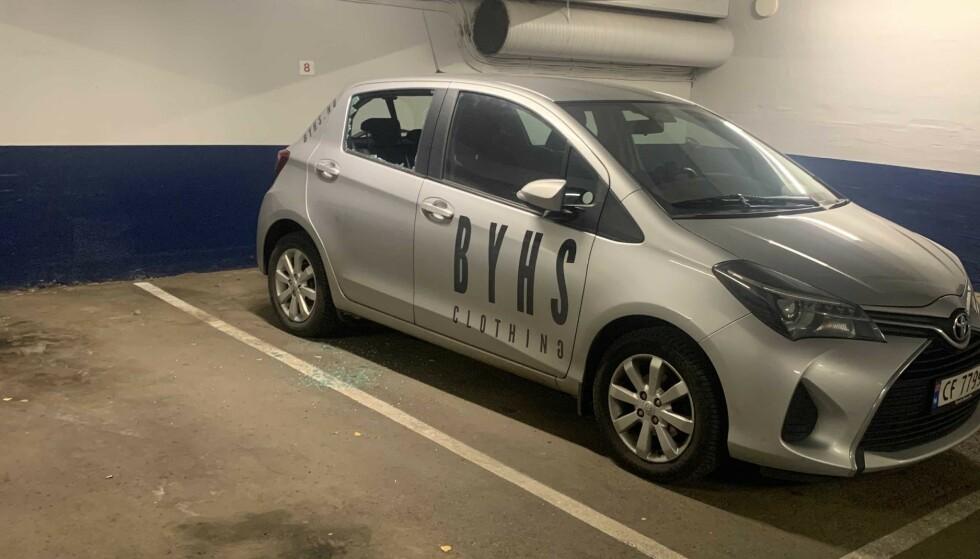 FREKT: Noen hadde knust vinduet på bilen til Spilling. Foto: Privat