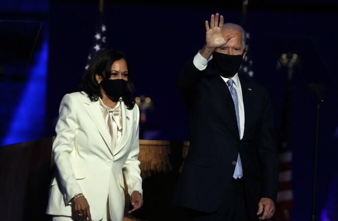 HISTORISK: Kamala Harris ble historisk som USAs første kvinnelige visepresident. Det markerte hun på en helt spesiell måte. Her sammen med Joe Biden lørdag. Foto: Tasos Katopodis/ AFP/ NTB