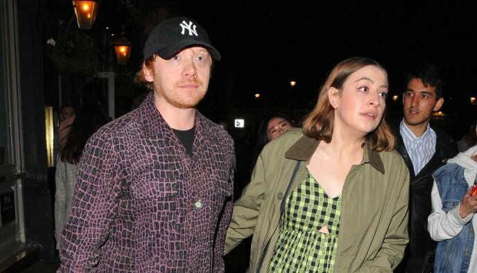 MEDIESKY: Her er et av få bilder hvor Rupert Grint og Georgia Groome er avbildet sammen. Det er tatt i London i fjor sommer. Foto: NTB