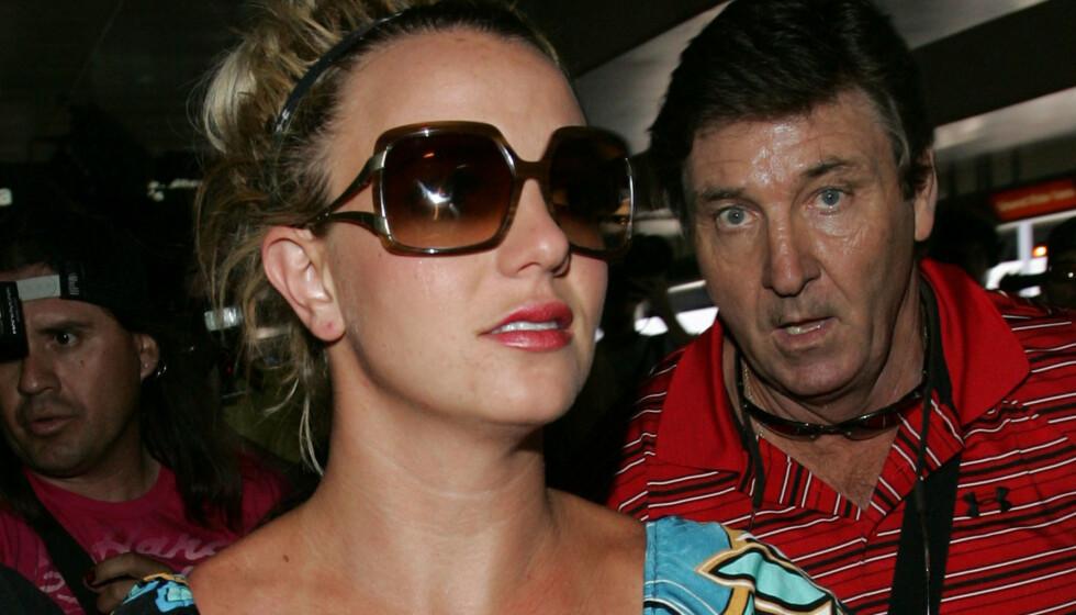 FAR OG DATTER: Britney Spears og faren James «Jamie» Spears avbildet sammen i 2008, rundt den tiden popstjernen ble satt under vergemål. Den siste tiden har Britney og faren hennes vært involvert i en rettslig strid om vergemålet. Foto: Rachpoot/ MEGA/ NTB