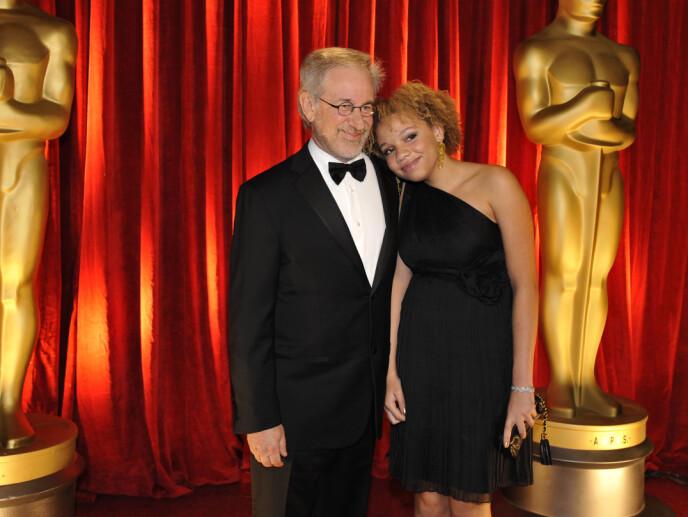 FAR OG DATTER: Den berømte regissøren Stevens Spielbergs datter, Mikaela Spielberg, avslørte nylig at hun har begynt i pornoindustrien. Her er far og datter under Oscar-utdelinga i 2009. Foto: AP/Chris Carlson/NTB