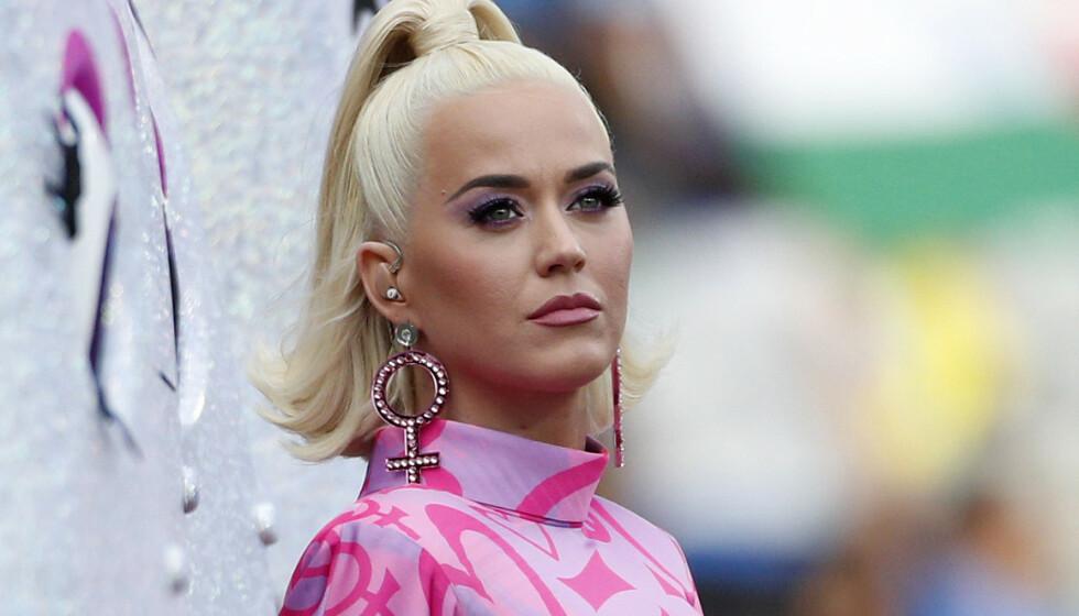 RASENDE: Fansen ser rødt etter at sanger Katy Perry delte sine tanker om valgresultatet i USAs presidentvalg. Foto: Asanka Ratnayake/ AP/ NTB