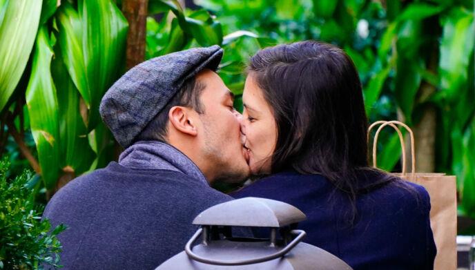 KLISS KLASS: Katie Holmes og Emilio Vitolo Jr. har vært festet ved hoftene det siste halve året. Nå skal imidlertid de hete følelsene være i ferd med å slukke. Foto: Jackson Lee / SplashNews / NTB
