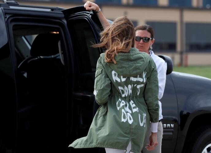 JAKKA: Da Melania Trump besøkte en barneleir i Texas i 2018, hadde hun på seg denne jakka. På ryggen sto det «I really don't care. Do u?». Foto: Kevin Lamarque / Reuters / NTB