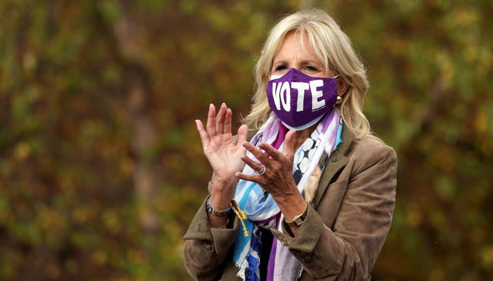 GJENGANGER: Ved flere anledninger har man sett Jill Biden med munnbind hvor det står skrevet VOTE. Foto: Kevin Lamarque / Reuters / NTB