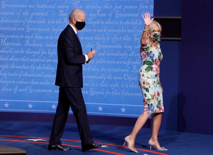 GLAD I BLOMSTER: Jill Biden har flere ganger blitt sett i blomstrete kreasjoner. Foto: Mike Segar / Reuters / NTB