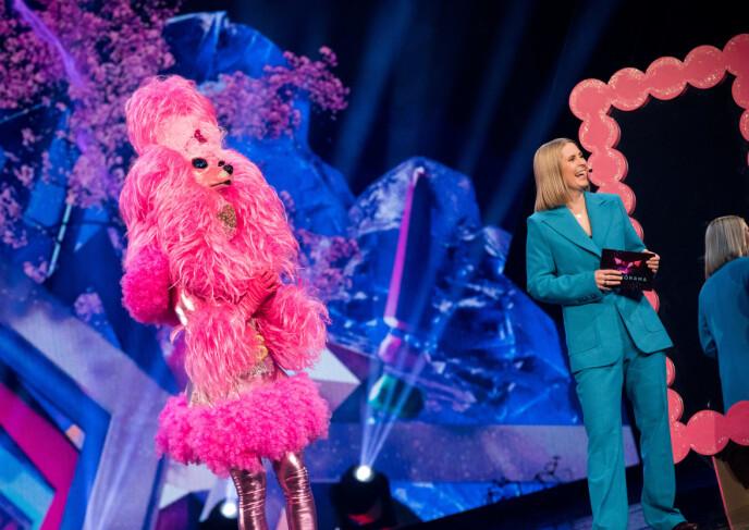 HVEM ER DETTE? Hvem som skjuler seg bak den rosa puddelen er ukjent. Her med programleder Silje Nordnes. Foto: Julia Nagelstad/NRK
