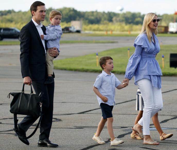 MED BARNA: Ivanka Trump og ektemannen avbildet i det de er i ferd med å gå om bord i Air Force One sammen med sine tre barn Theodore, Joseph og Arabella i 2018. Foto: Carolyn Kaster / AP / NTB