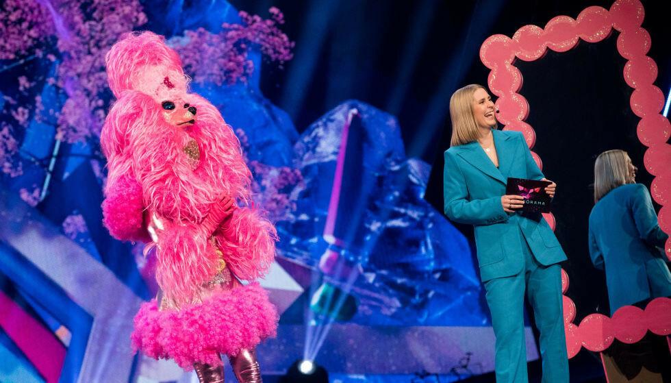 HVEM ER DETTE? Hvem som skjuler seg bak den rosa puddelen er ukjent. Her med programleder Silje Nordnes. Foto: Julia Nagelstad / NRK