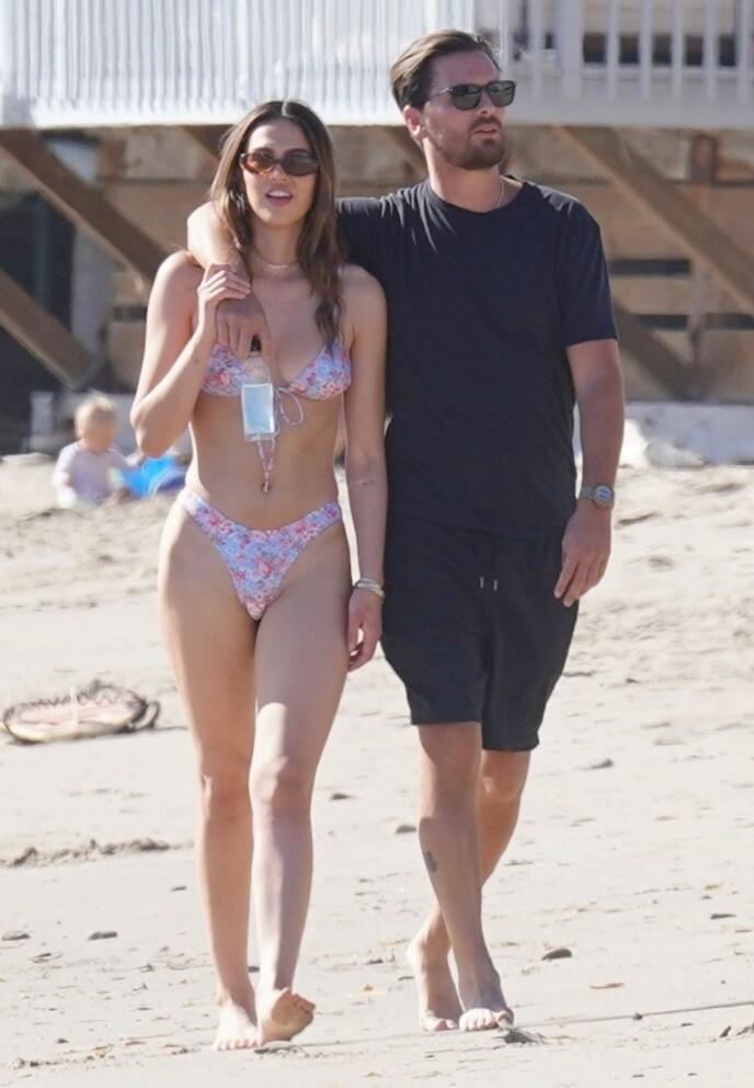 BLIR KJENT: Scott og Amelia ble observert på stranden i helgen, og skal visstnok ha storkost seg sammen. Foto: SBJ / BACKGRID / NTB