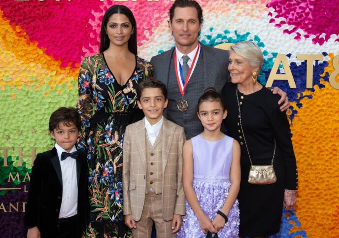 FAMILIEKJÆR: Her er Matthew McConaughey sammen med kona Camila, moren Kay og barna (f.v) Livingston, Levi og Vida. Bildet er tatt i februar i fjor. Foto: Suzanne Cordeiro / Rex /Shutterstock / NTB