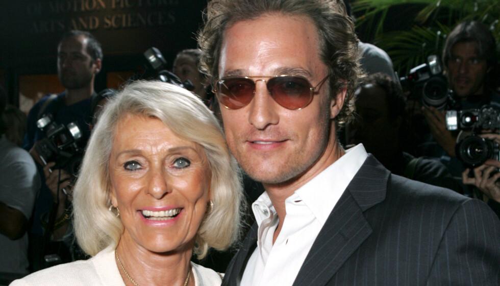 MOR OG SØNN: Matthew McConaughey og Kay McCabe hadde i mange år et anstrengt forhold. Bildet er tatt under «Two For the Money»-filmpremieren i Los Angeles i 2005, året etter at de begravde stridsøksen. Foto: Alex Berliner/BEI/REX/NTB