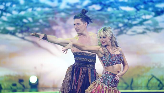 FØRSTE PAR UT: Andreas og Mai fikk gleden av å åpne finalen. Foto: Espen Solli / TV 2